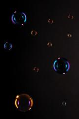 Seifenblasen vor schwarzem Hintergrund