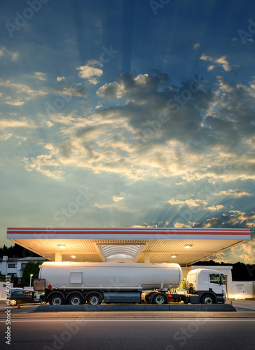 canvas print picture Tanklaster Tankwagen an Tankstelle – Tank Truck Filling Station