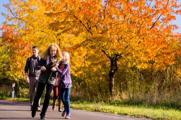 Familie macht einen Spaziergang im Herbst