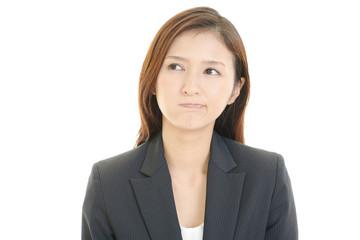 憂鬱な表情の女性