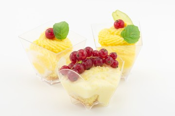 mini dessert con crema e ribes
