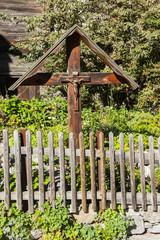 Kreuz in einem Vorgarten in Zermatt
