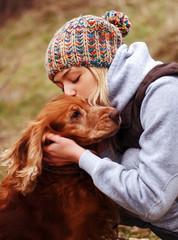 Девушка любит свою собаку