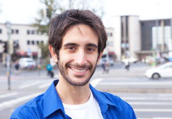 Mann im blauen Hemd in der Stadt ist glücklich