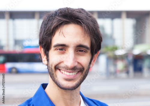 canvas print picture Portrait eines Mannes im blauen Hemd in der Stadt