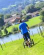Mann joggt mit dem Kinder-Buggy