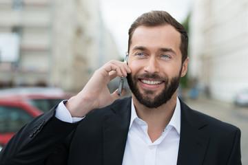 geschäftsmann telefoniert unterwegs mit dem handy