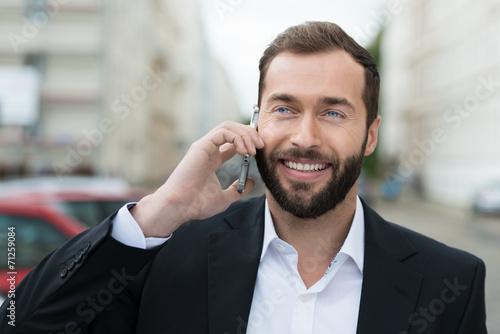 Leinwanddruck Bild geschäftsmann telefoniert unterwegs mit dem handy