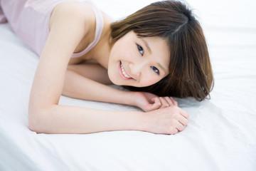 ベッドに寝る女性