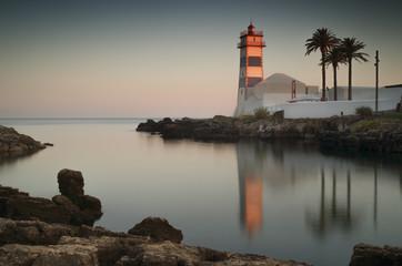 Faro al atardecer en Cascais, Portugal