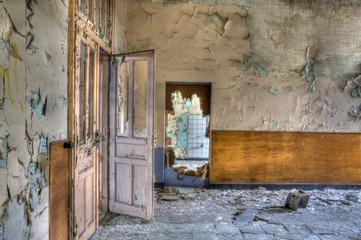 porte rose défréchie dans un lieu abandonné