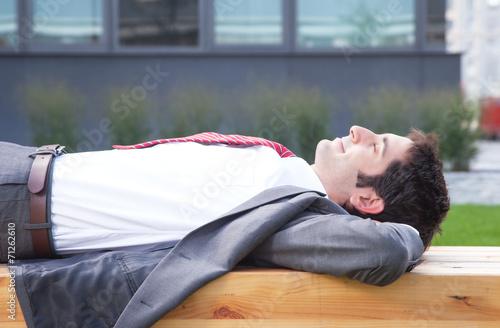 Geschäftsmann mit schwarzen Haaren macht eine Pause - 71262610