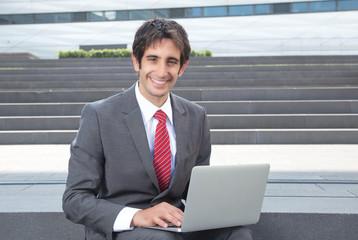 Geschäftsmann mit schwarzen Haaren arbeitet am Laptop