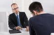 Leinwandbild Motiv Gespräch: Chef und Arbeitnehmer über Kündigung Arbeitsvertrag