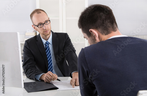 Leinwanddruck Bild Gespräch: Chef und Arbeitnehmer über Kündigung Arbeitsvertrag