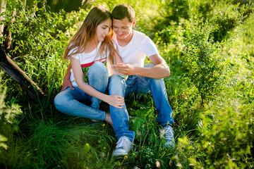 молодая пара на траве