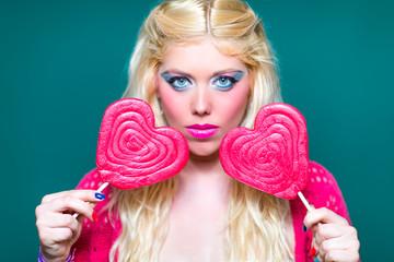Blonde Schönheit mit Lollipops in der Hand