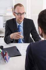 Bewerbung: Personalchef diskutiert mit Arbeitnehmer