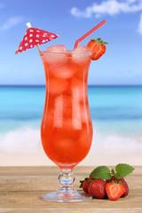 Fruchtiger Erdbeeren Früchte Cocktail Saft Getränk am Strand