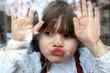 Leinwanddruck Bild - Novembertag: Portrait Mädchen klebt mit Gesicht und Händen an Fensterscheibe mit Regentropfen