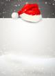 Schild mit Nikolaus-Mütze im Schnee