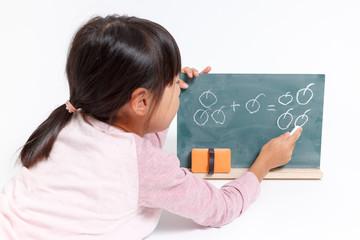 算数の勉強をする女の子