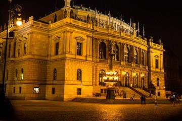 Wunderschöne Nachtaufnahme in Prag Kralsbrücke und Prager Burg