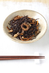Sliced tangle boiled in sweetened soy sauce