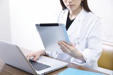 タブレットpcを使うドクター
