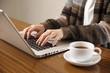 パソコンを使う女性