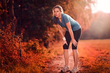 Junge sportliche Frau macht eine Pause zum Luft holen