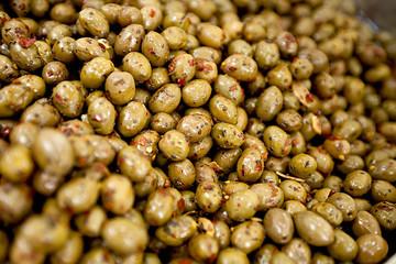 Olive verdi sott'olio al mercato