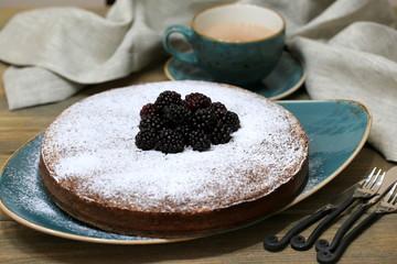 Шоколадно-ореховый пирог с ежевикой