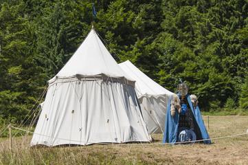 Zelt mit Ritterrüstung