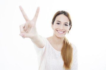 Chica con signo de la victoria