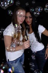 zwei junge Frauen trinken Sekt