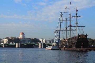 корабль на реке Нева