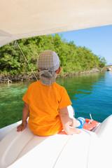 Ребенок плавает на катамаране по живописному озеру