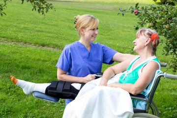 Krankenschwester mit Patientin