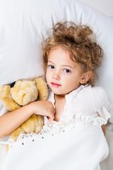 Bambina con l'herpes labiale