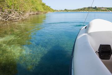 Путешествие по живописному озеру на катамарене