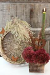 florales Herbstgesteck mit rostigem rustikalen Herz