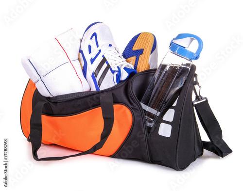 Leinwanddruck Bild Sporttasche mit Handtuch, Turnschuhen, Trinkflasche