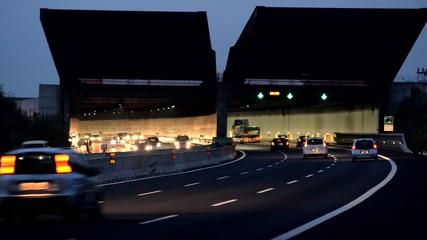Autostrada, galleria, velocità trasporti, traffico di sera