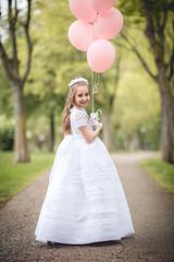niña en la fiesta primer plano con globos