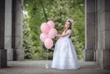 niña con globos rosas