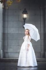niña con paraguas,lloviendo