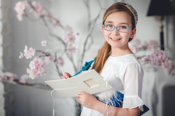 niña con gafas y libro