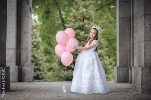 niña con globos rosas - 71292612
