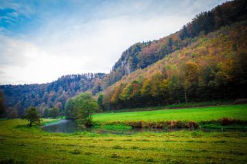 Wunderschöne Flusslandschaft im Herbst im schweizer Tal